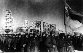 Victorious Soviet soldiers marching through the ruins of Stalingrad. Stalin and his generals had orchestrated a heroic defence of the city that was admired throughout the allied world. (Interfoto)