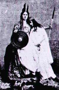 Queen Maeve and her daughter—one of the tableaux vivants staged by Alice Milligan recreating scenes from Irish history and mythology.