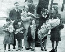 Bob Collis carries one of the Belsen orphans on his shoulder as he arrives with them at Dublin Airport, 1946. (Zoltan Zinn-Collis)