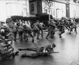 'Sherwood Foresters' (bottom) come under attack on Northumberland Road. (RTÉ Stills Library)