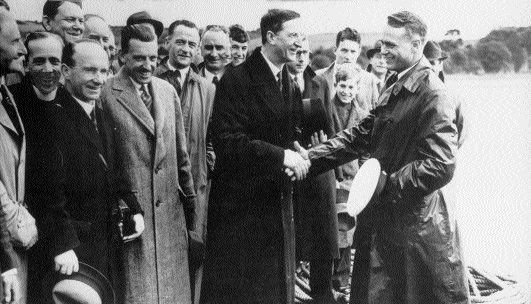 í‰amon de Valera, who had a keen interest in aviation, greeting Capt. Harold E. Gray, commander of the Pan American Yankee Clipper and Clipper III, 6 July 1937. (Foynes Flying Boat Museum)
