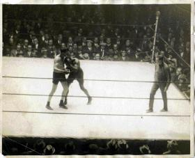 McTigue and Siki in action in the La Scala Theatre, Dublin, on St Patrick's Day 1923.