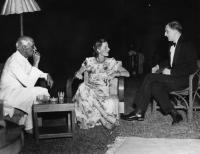 De Valera talking to Nehru and Lady Mountbatten during his visit to India, 1948. (Irish Press).