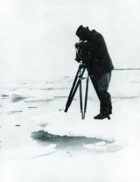 Flaherty filming Nanook of the North in 1921 in Canada. (Clermont)