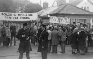 A protest at the height of the crisis outside the Soviet Embassy, Orwell Road, Rathgar. (Irish Polish Society)