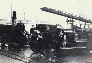 Cork (left) and Dublin fire-engines pumping water from the River Lee at Merchant's Quay. (NLI)